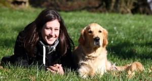 resultat-de-la-methode-facile-pour-dresser-un chien-chien-bien-eduque-assis-pres-de-sa-prorietaire
